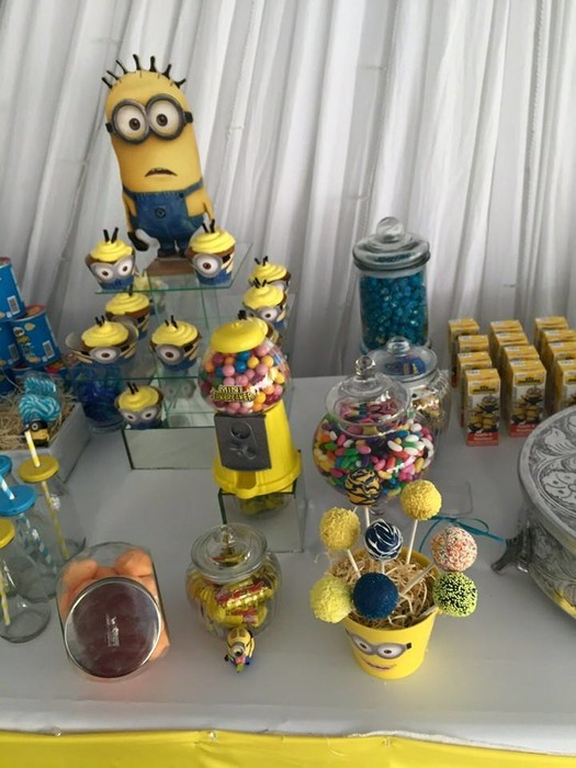 Kiddies Theme Parties offers personalized Minions party supplies and decor for sale.