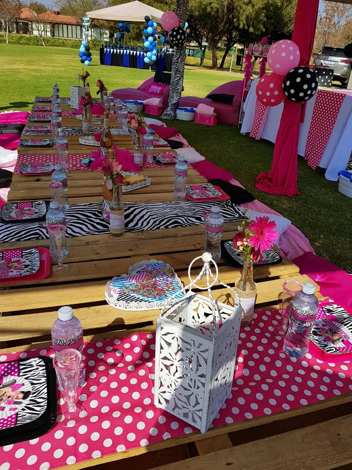 county picnic or vintage pallet setup